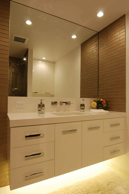Pros & Cons of Wall-Mounted Vanities with Lighting Underneath